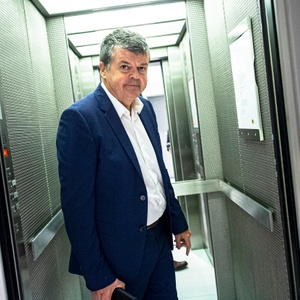 Bart Somers (Open VLD) in de lift van het Vlaams Parlement
