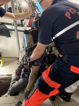 Brandweer redt man uit riool 2