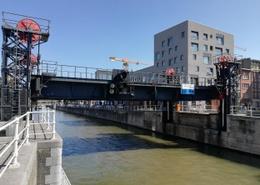 De Godshuizenbrug over het kanaal verbindt de Nijverheidskaai en de Mariemontkaai in Sint-Jans-Molenbeek, maar is defect